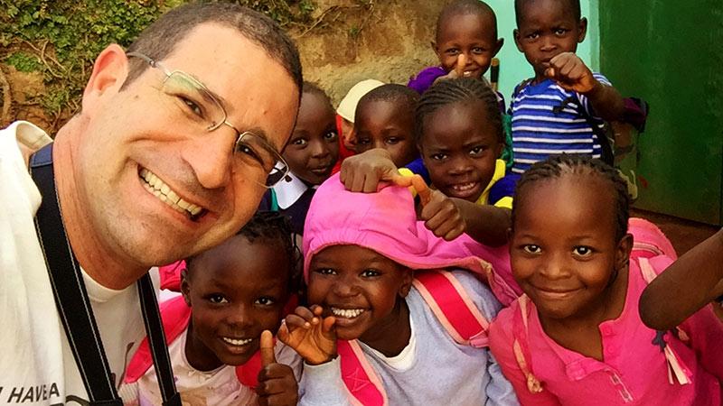 Rico Lindenbojm e crianças quenianas
